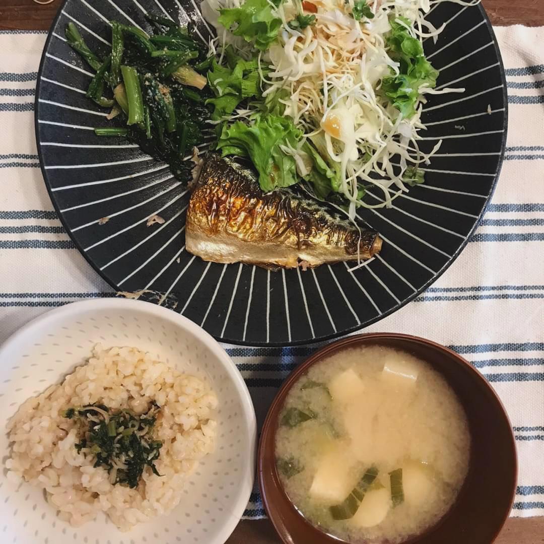 魚、玄米、野菜、海藻類などバランス良いダイエットボディメイク食事例