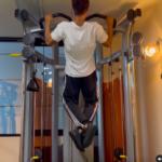 懸垂は広背筋、上腕筋、上腕二頭筋、上腕三頭筋、三角筋を鍛えるトレーニング