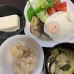 ダイエット朝ごはん例(玄米、魚、野菜味噌汁、目玉焼き、豆腐)