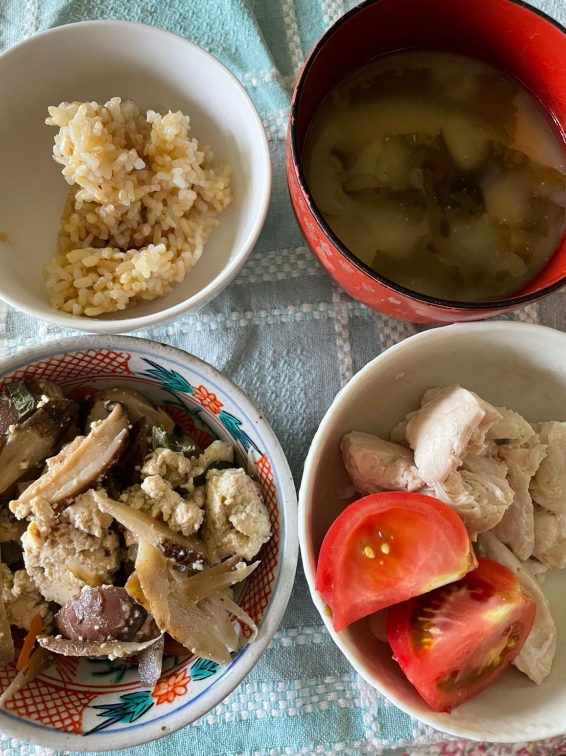 主菜にタンパク質、副菜はサラダ、玄米、味噌汁が基本(ダイエット食事例)